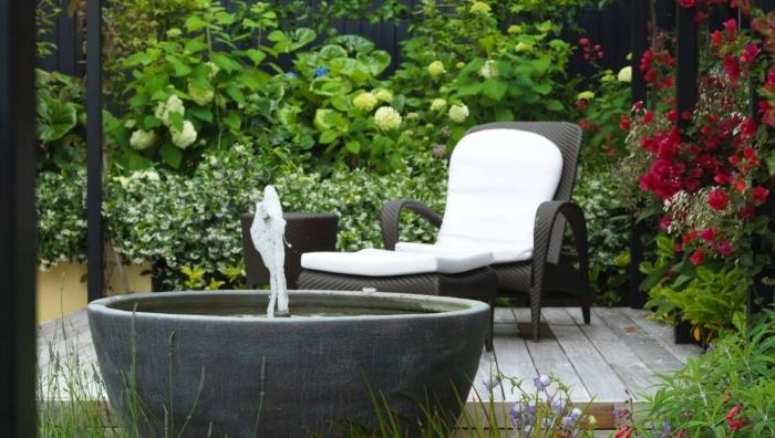 exemple petit jardin zen avec bassin rond et chaise longue, idée comment aménager un petit jardin de style japonaise