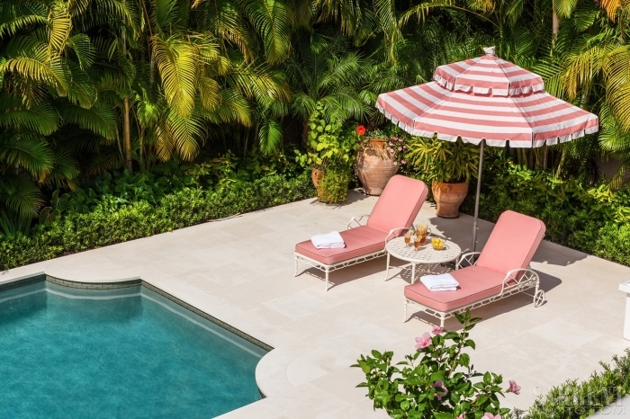 modèle de parasol original pour piscine en couleurs rose et blanc, idée aménagement de plage de piscine avec transats roses