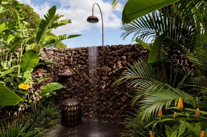 aménagement extérieur avec douche, déco petit espace extérieure avec douche et plantes exotiques, idee amenagement jardin