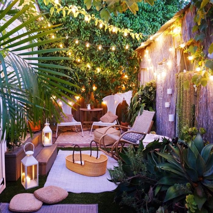 design extérieur de style bohème dans une petite cour arrière, idee amenagement jardin avec meubles blancs et bois