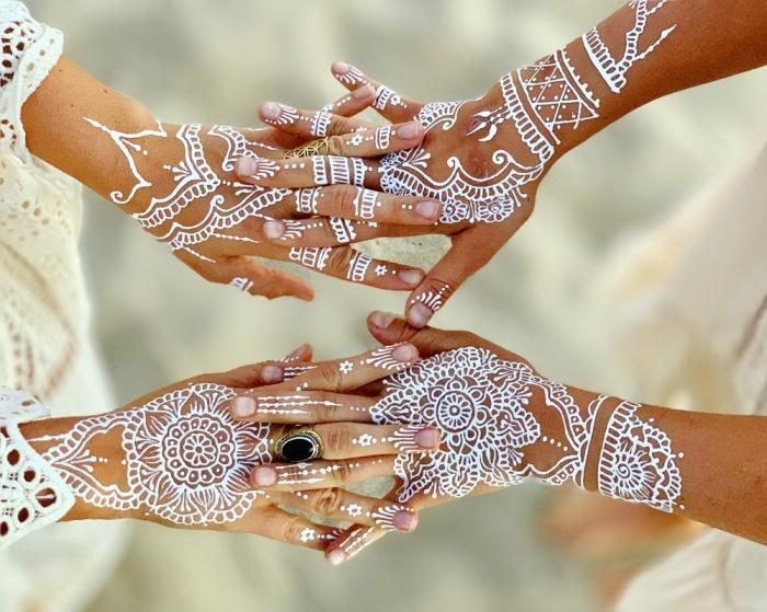 dessins sur peau en blanc aux motifs mandala et flèches, idée tatouage temporaire de style hippie ou bohème