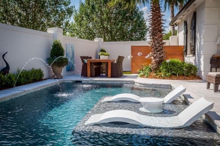 idée comment décorer un petit jardin avec piscine et terrasse en béton, meubles de jardin tressés avec table bois