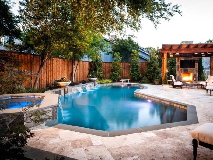 idée amenagement terrasse piscine extérieure avec barbecue et meubles de jardin, modèle de piscine avec cascade