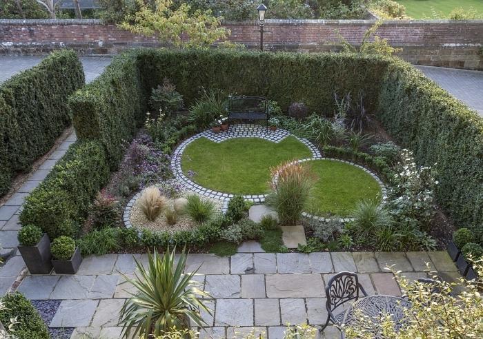 idée aménagement extérieur entrée maison, jardin paysager avec plantes vertes et pelouse, meuble de jardin en fer forgé