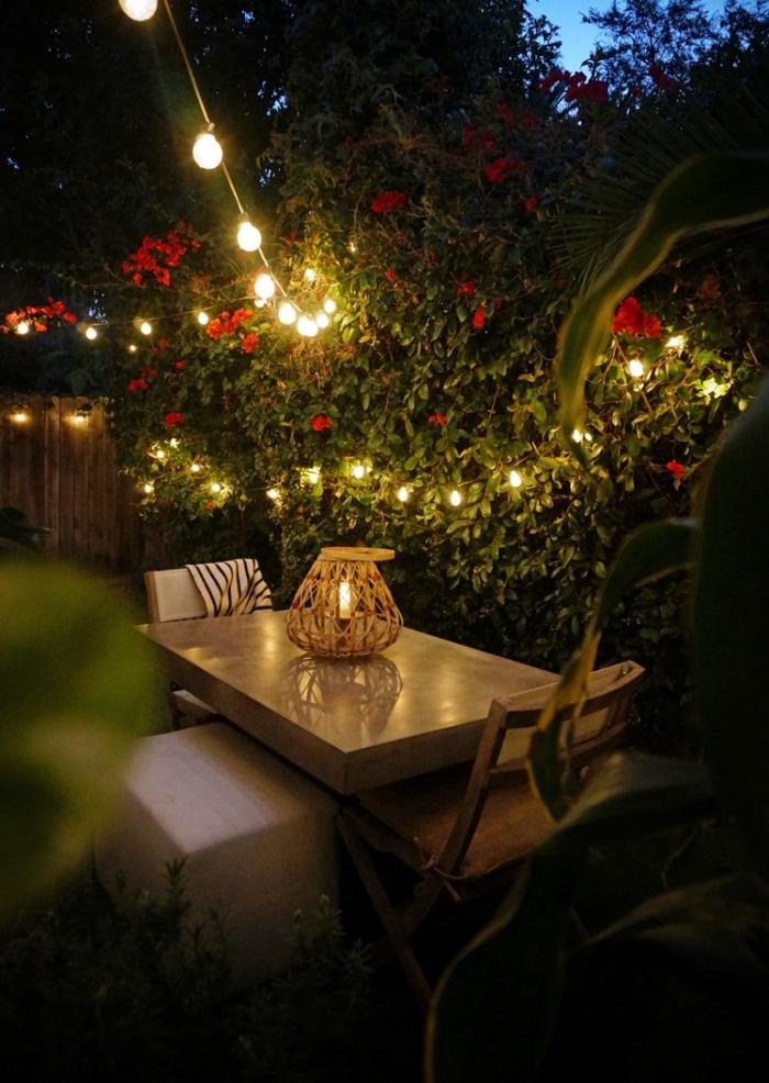 atmosphère romantique dans un petit jardin avec clôture en bois et roses rouges, comment aménager son jardin