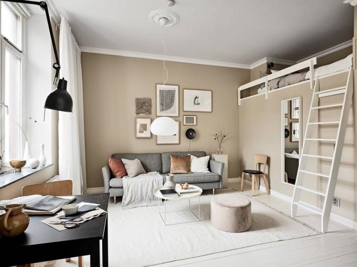design scandinave dans un studio aux murs beige avec sol blanc, déco intérieure avec peinture sable dans un salon