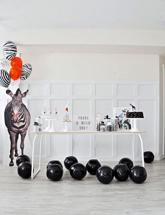 idée décoration anniversaire bébé 1 an en noir et blanc, décoration d'anniversaire 1 an minimaliste thème animaux de la savane, buffet d'anniversaire en noir et blanc
