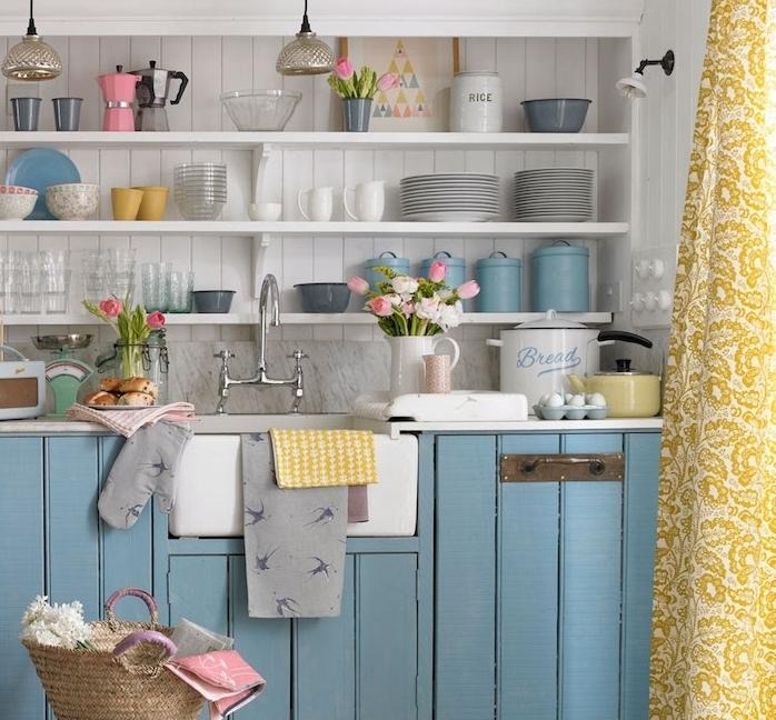 idée de cuisine bleu pastel avec meuble bas bois bleu, étagères ouvertes le long d un lambris blanc, credence grises, touches de couleur pastel