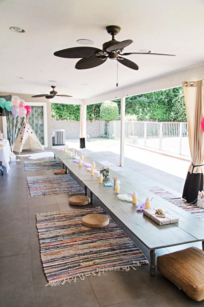 idée deco table anniversaire bohème chic, table basse longue décoré de petits cornets de glace avec coussins au sol
