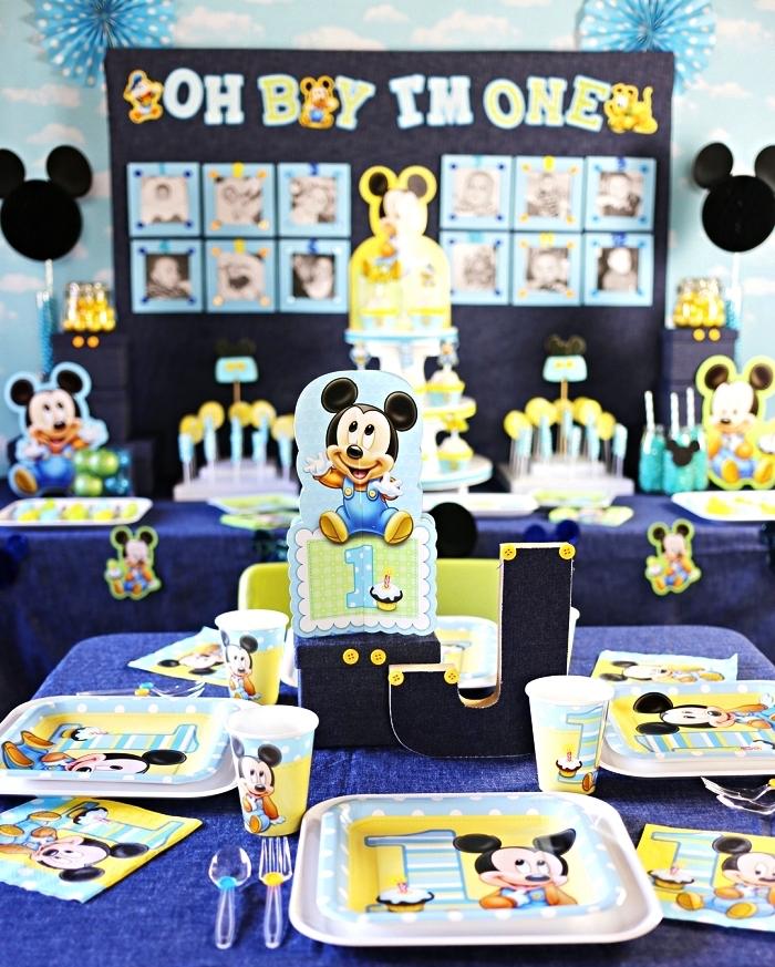 idée déco anniversaire 1 an sur le thème mickey mouse, déco de table et de buffet en bleu et jaune, vaisselle mickey mouse pour anniversaire 1 an