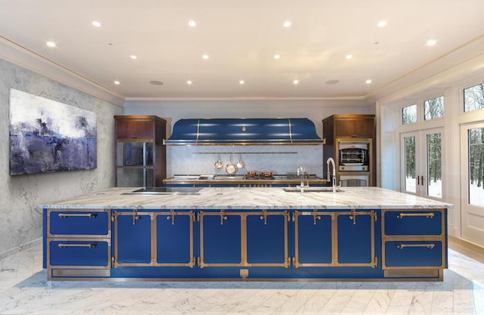 exemple de cuisine vintage spacieuse en bleu marine et marbre avec des armoires de cuisine bois