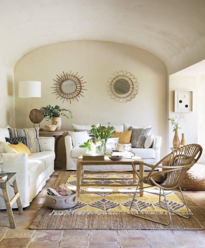 comment décorer un salon de style campagne avec objets en matières naturelles et mur de couleur beige claire