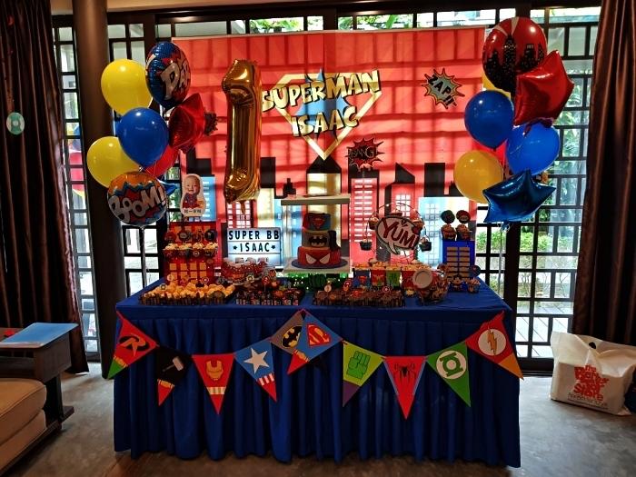 idée pour thème de décoration anniversaire garçon, déco d'anniversaire 1 an sur le thème des super-héros avec ballons colorés et guirlande à fanions