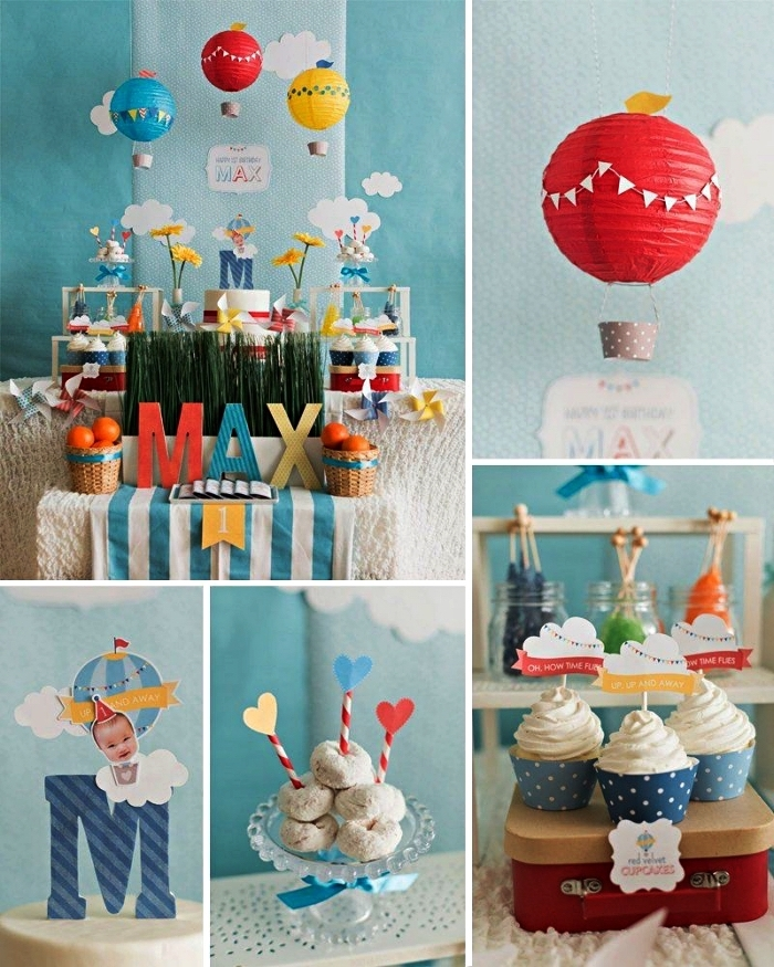 déco de candy bar sur le thème montgolfière et aventures, une toile de fond bleue à nuages et des montgolfières pour la decoration anniversaire 1 an garçon sur thème voyage