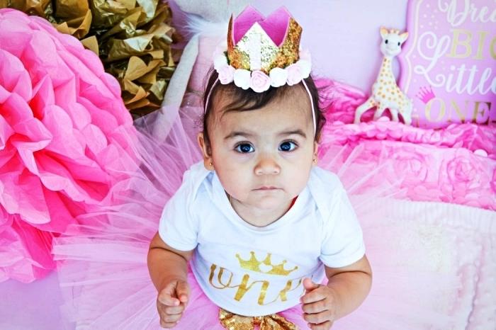 costume d'anniversaire princesse avec couronne décorée de roses et jupe tutu, decoration anniversaire fille sur le thème princesse avec fleurs géantes en papier de soie