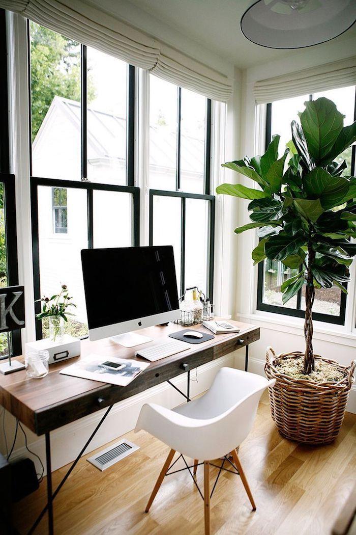 Grand fenetre avec vue de jardin, scandinave chambre plantes vertes et meubles style nordique bureau fait maison, rangement bureau, la beauté de la simplicité