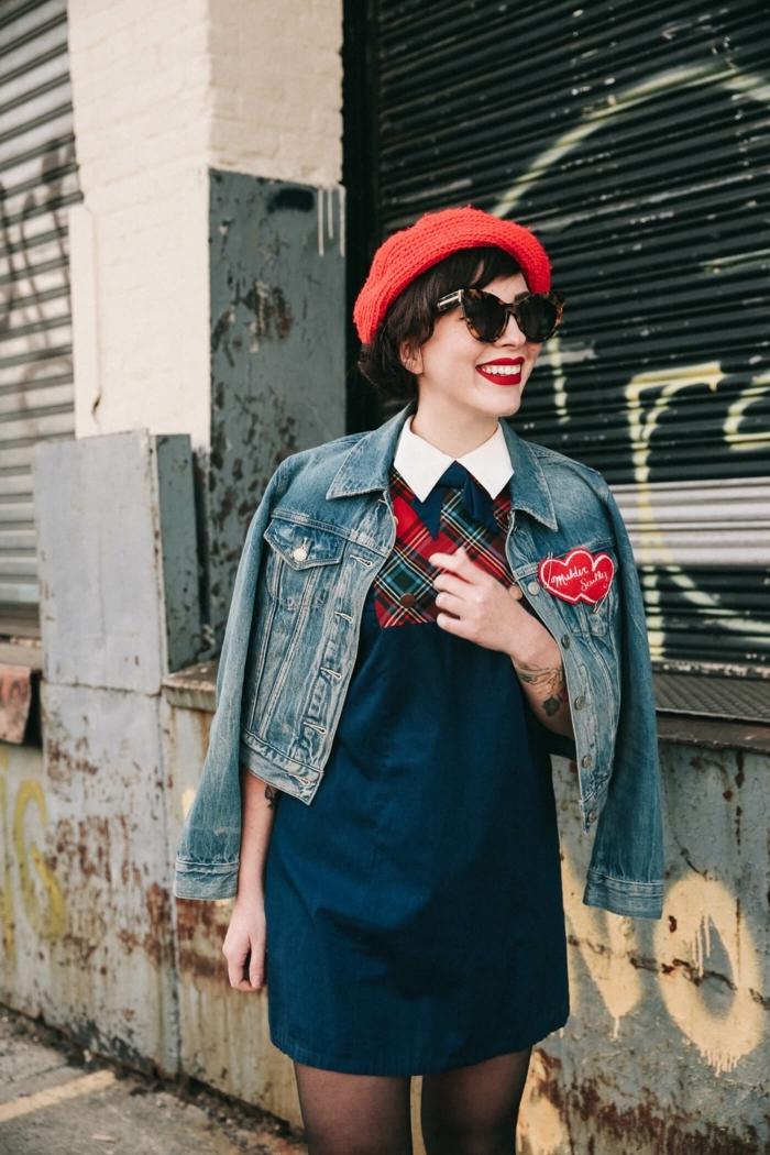 Béret rouge, lunettes de soleil, rouge à lèvres scarlet, vetement annee 50, tenue guinguette femme inspiration, robe courte bleu avec col claudine