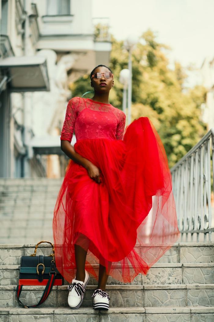 Swag tenue robe féminine et chaussures blanches, robe rouge dentelle, robe boheme longue, savoir comment s'habiller bien