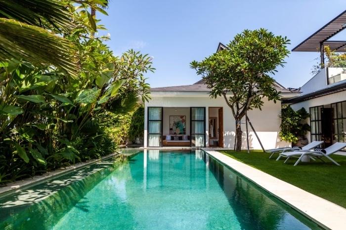 décoration extérieure moderne avec grande piscine et jardin à gazon artificiel, choix de transats piscine tendance