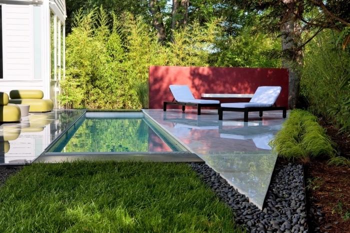 idée amenagement piscine petit espace, déco cour arrière avec petit jardin gazon et galets autour d'une piscine
