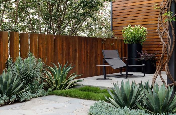 aménagement extérieur d'une maison à petit espace, idee cloture devant maison en bois marron, meuble design jardin