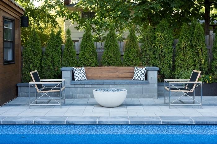 comment aménager un petit jardin avec piscine et terrasse, idée meuble de jardin fonctionnel, exemple plage de piscine en béton