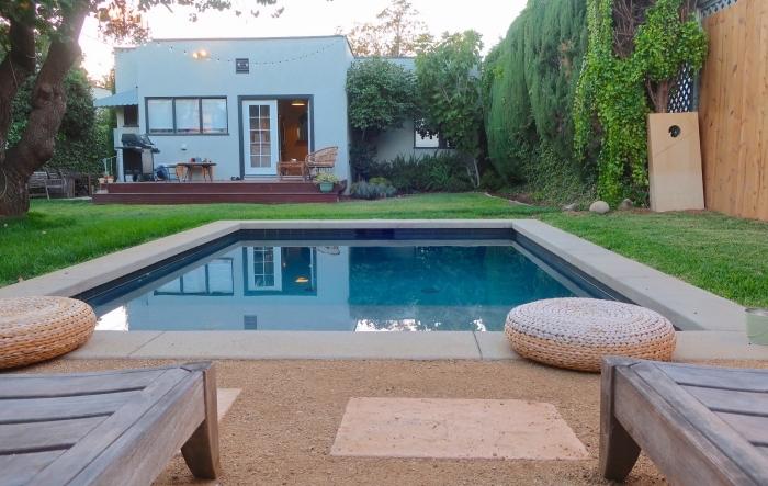 comment décorer l'espace autour d'une piscine, idée accessoire piscine pouf en fibre végétal, modèle transats en bois