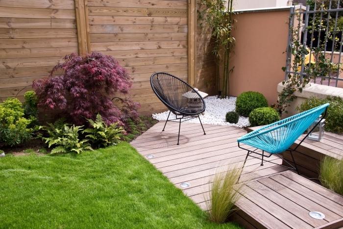 décoration petite jardin avec pelouse et plantes, modèle terrasse en bois clair décorée avec chaises oeufs colorées