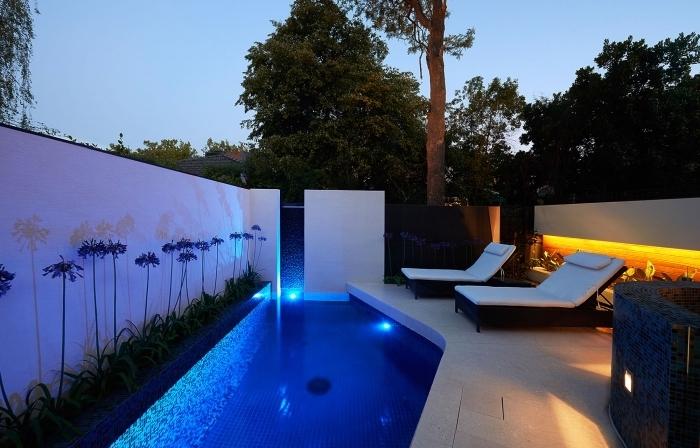 exemple d'amenagement autour piscine style contemporain, déco petit jardin avec piscine et terrasse en dalles