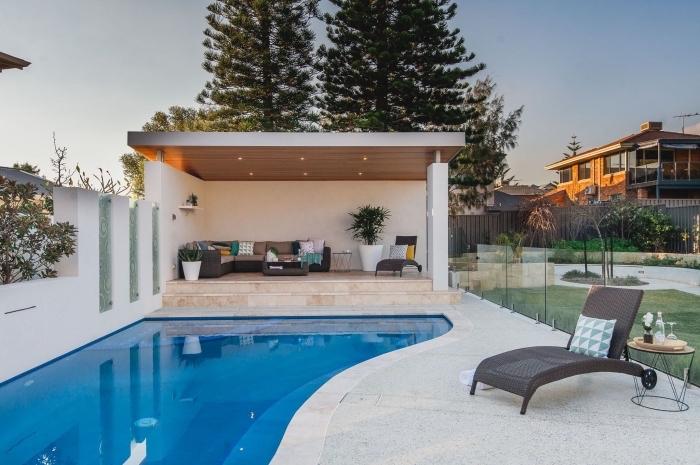 idée comment aménager une cour arrière avec terrasse en dalle et piscine, meubles de jardin en fibre végétal tressé