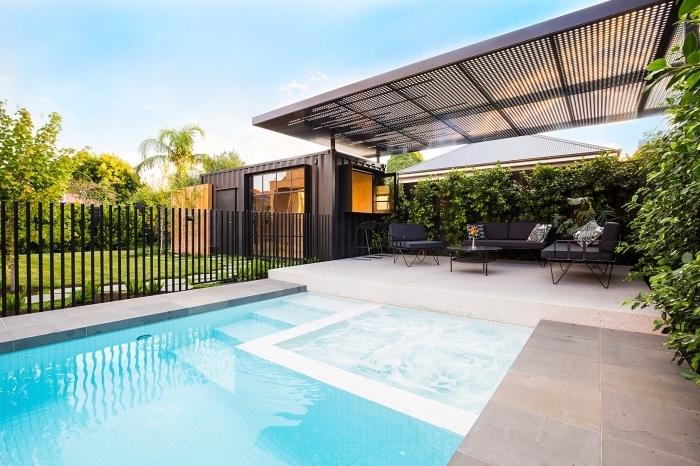 décoration extérieure style contemporain avec pergola et piscine jacuzzi, choix meubles de jardin en fer forgé