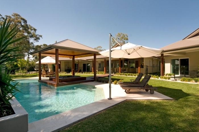 idée amenagement terrasse piscine extérieure, modèle cour arrière avec grand jardin et piscine avec terrasse plage