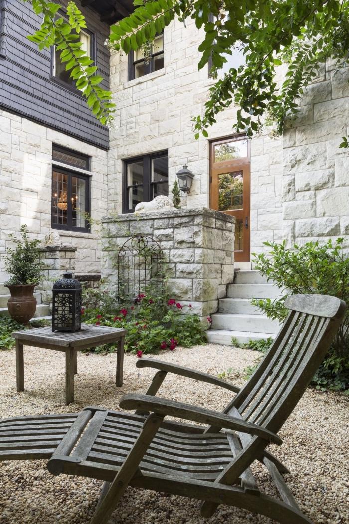 idée aménagement extérieur entrée maison, petit espace extérieur décoré avec galets et meubles en bois foncé