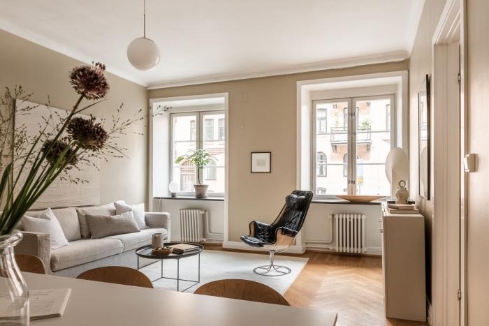 association couleur beige dans un décor en nuances neutres, salon aux murs beige avec accents blanc et bois