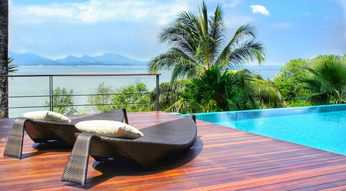 modèle de piscine moderne avec vue impeccable, décoration extérieure avec piscine et terrasse en bois foncé