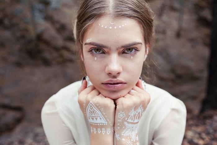 art corporel temporaire avec henné, idée tatouage henné main aux motifs ethniques, coiffure bohème chic aux cheveux attachés en tresse