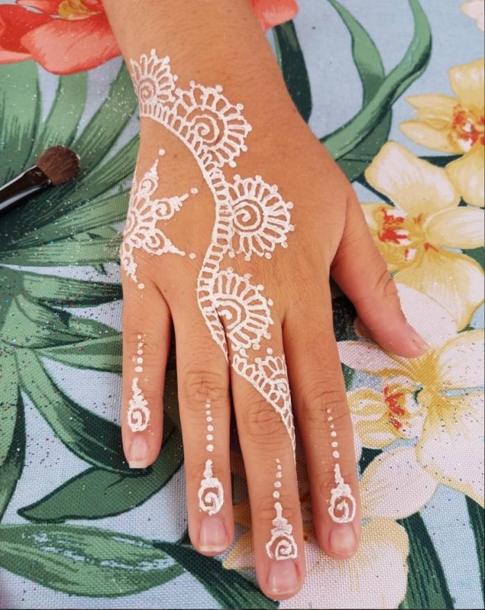 exemple de henné facile sur main, modèle tatouage henné blanc aux motifs mandala, idée tattoo sur mains et doigts