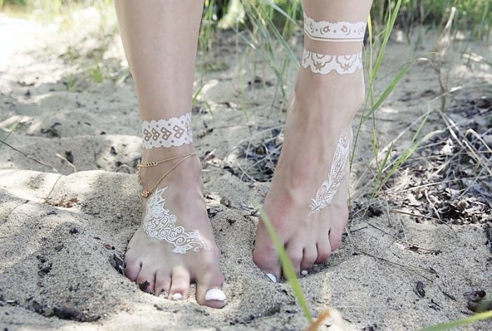 décoration de cheville avec henné blanc à effet bracelet, idée art corporel à effet bijoux motif henné pour femme