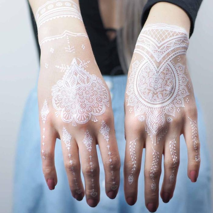modèle de tatouage éphémère en blanc sur les mains, idée tattoo temporaire sur mains et doigts à effet bijoux
