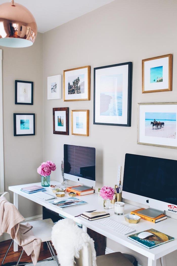 Chambre double filles ado, deux bureaux blanches, peinture murale bureau etudiant simplement décoré pour étudier bien