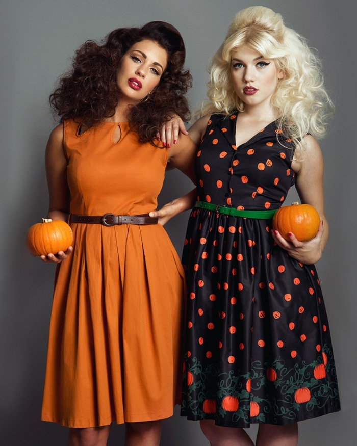 Déguisement Halloween pour deux amies, vetement annee 60, look année 60 robe femme stylée, coiffure bouclé