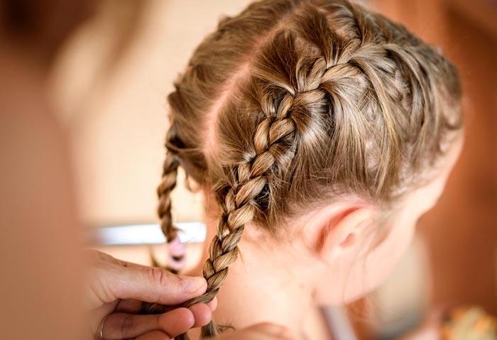 Coiffure confortable pour jouer sans cheveux dans les yeux, fille et sa mere, natte africaine, coiffure facile a faire pour une petite fille