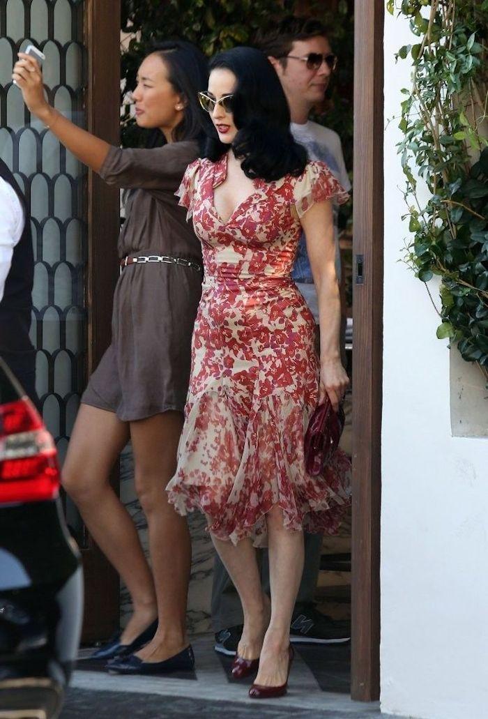 Dita von Teese en robe étroite blanc et rouge, robe pin up, tenue guinguette, look année 50
