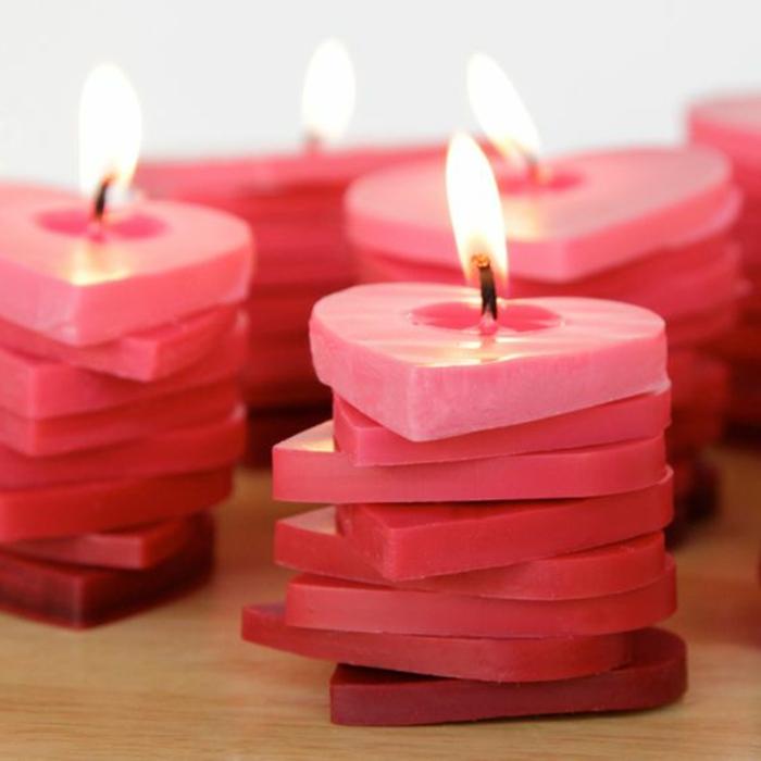 idée cadeau romantique à faire soi-même, faire ses bougies parfumées soi même, modèle bougie fait maison en forme coeur
