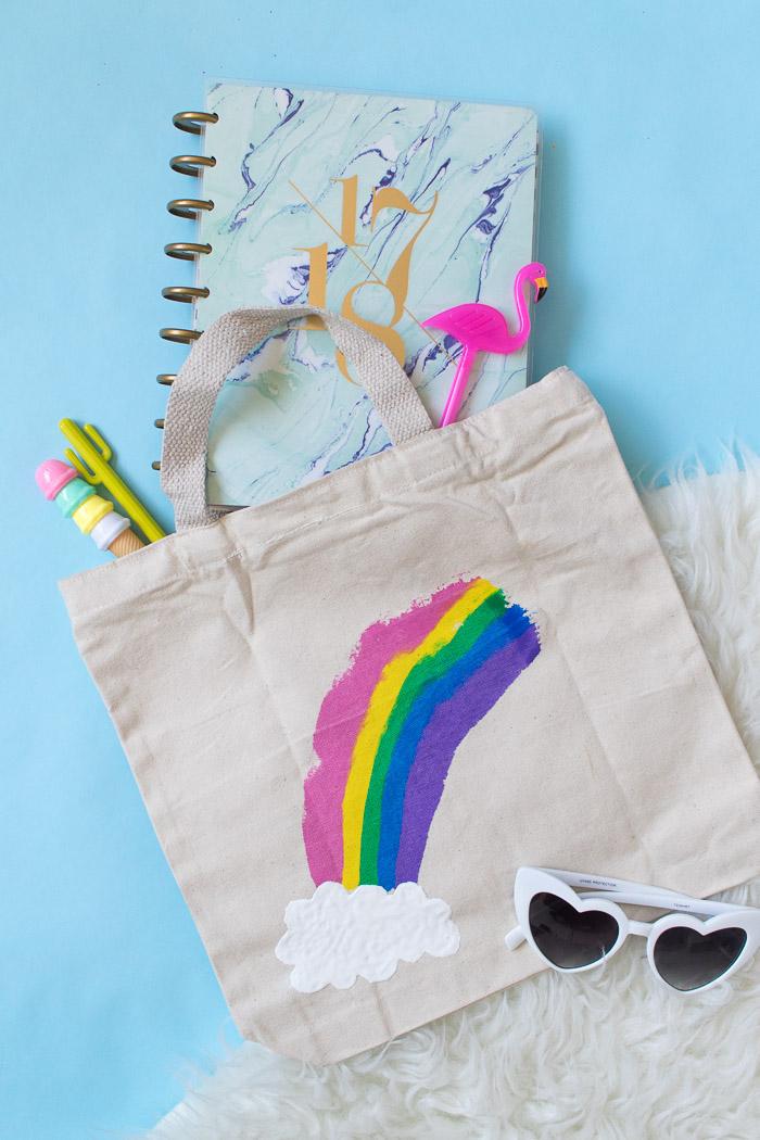 Arc en ciel dessin sur sac cabas, idee couture, diy facile, tuto sac à main en tissu, faire un sac en toile