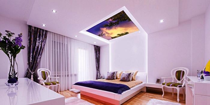luminaire plafonnier à décor ciel au coucher de soleil installée dans la chambre à coucher au-dessus du lit