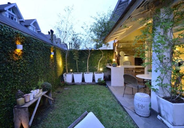 amenager jardin petit espace avec verdure et coin à manger, exemple de petit jardin avec pelouse et table à manger