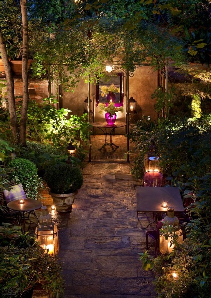 idée comment décorer un petit jardin avec allée en dalles, exemple éclairage de jardin avec lanternes et bougies