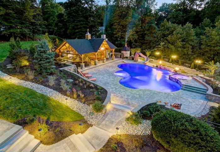 design extérieur moderne, aménagement jardin avec piscine et cuisine d'été, idée revêtement terrasse en dalles