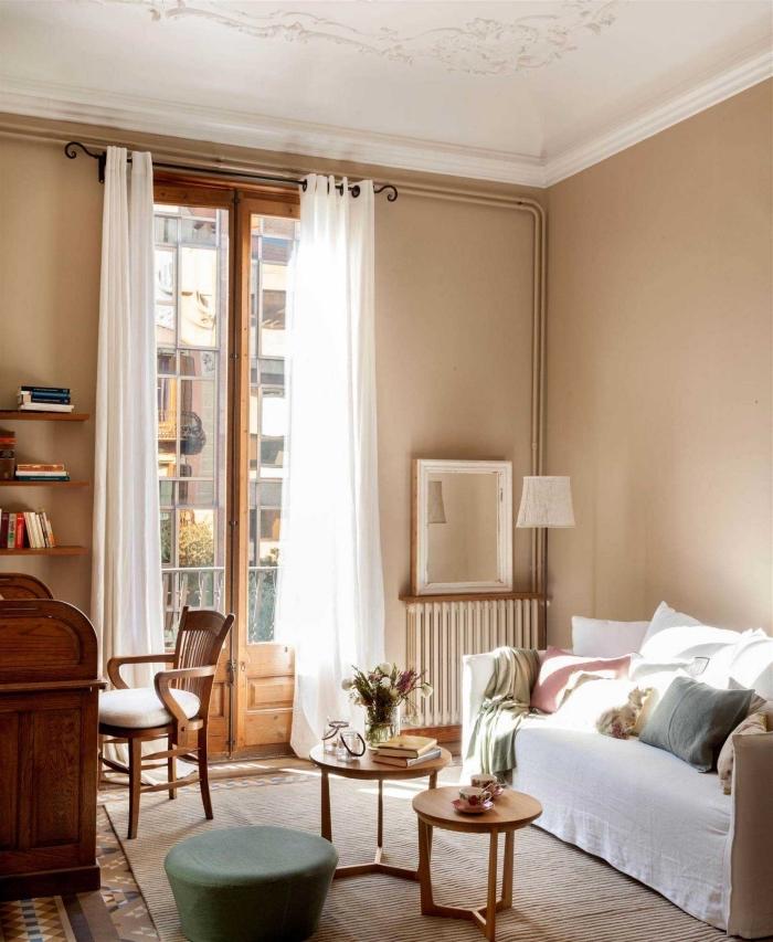 déco de style campagne chic avec peinture murale de couleur beige, modèle de table double plateau ronde en bois
